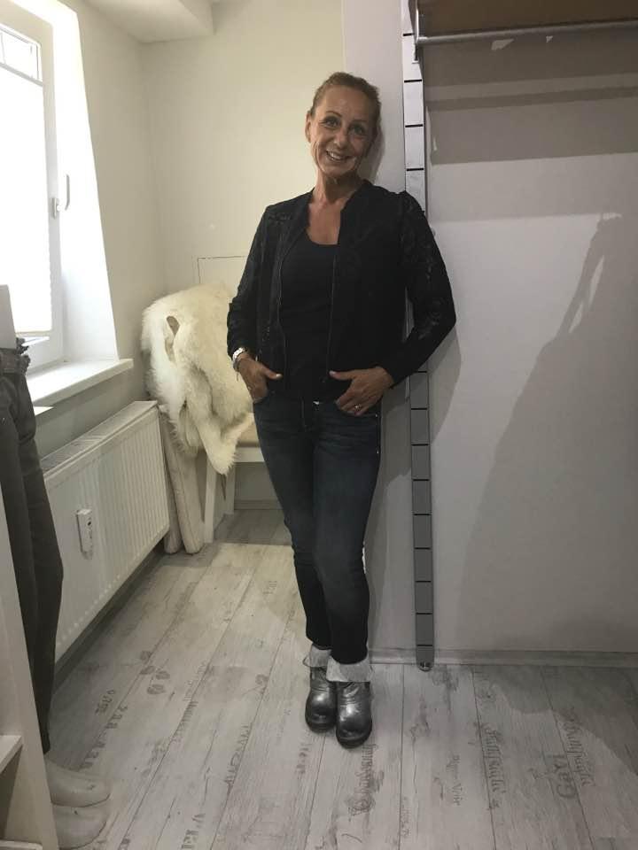 Spitzenblouson, Jeans und Stiefeletten